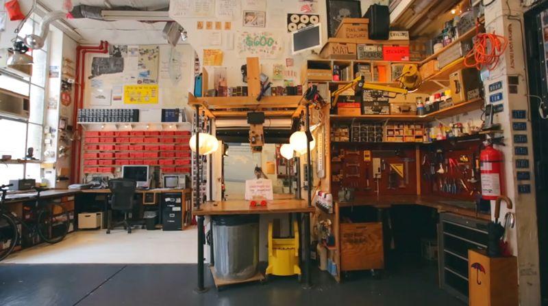 Foto de un estudio con multitud de estanterías y objetos.