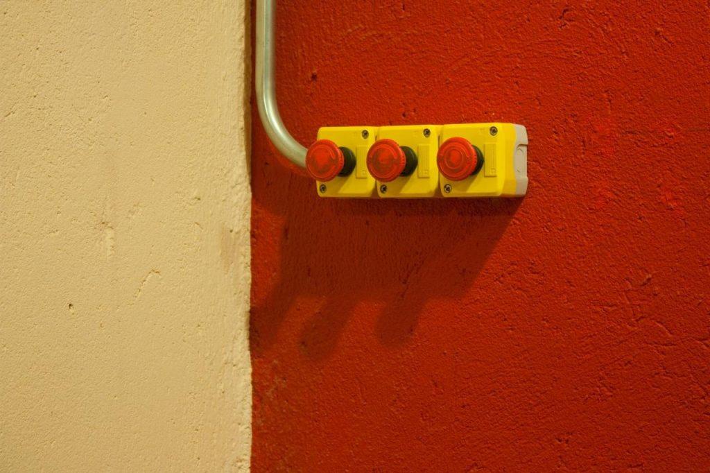 Tres botones rojos dispuestos horizontalmente